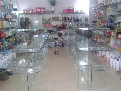 Một mẫu kệ kính trong cửa hàng tạp hóa