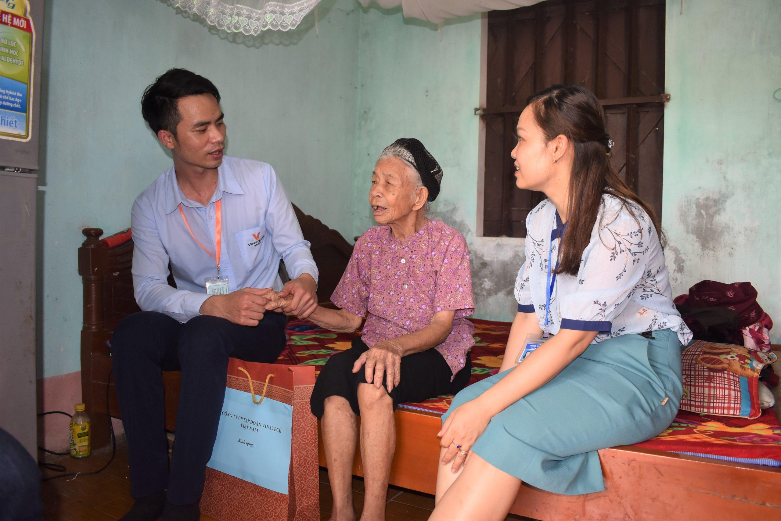 Tập đoàn Vinatech tổ chức thăm hỏi mẹ Việt Nam anh hùng nhân Ngày Thương binh liệt sỹ 27/7